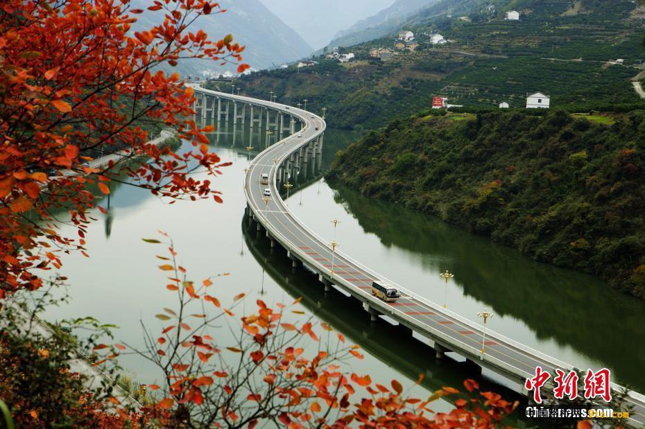 中国国内首条水上生态环保公路现绝美秋景