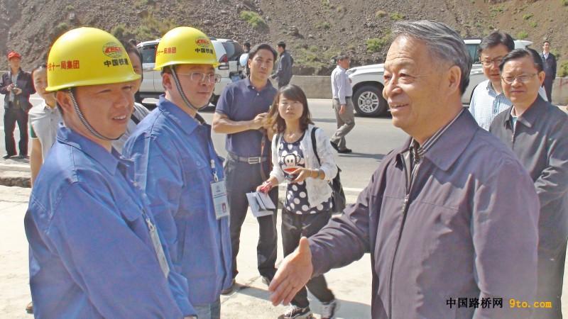 交通运输部党组书记杨传堂一行调研昭巧二级路建设情况