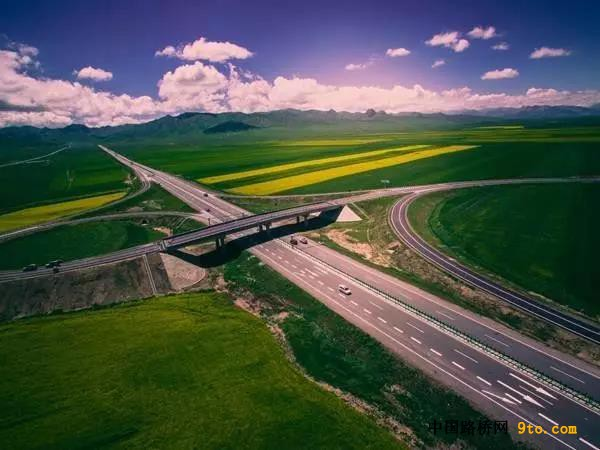 青藏高原多年冻土区建成首条高速公路,今天通车