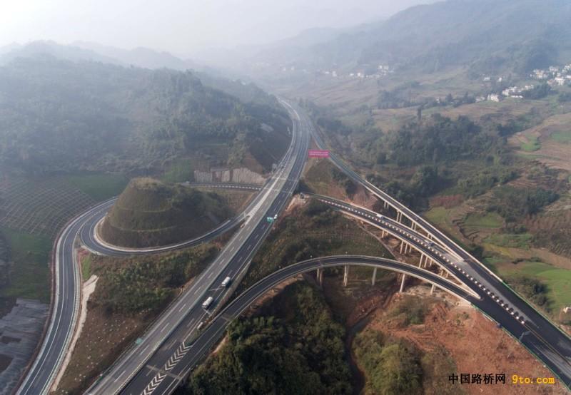 四川:雅康高速公路雅安至泸定段实现试通车运行