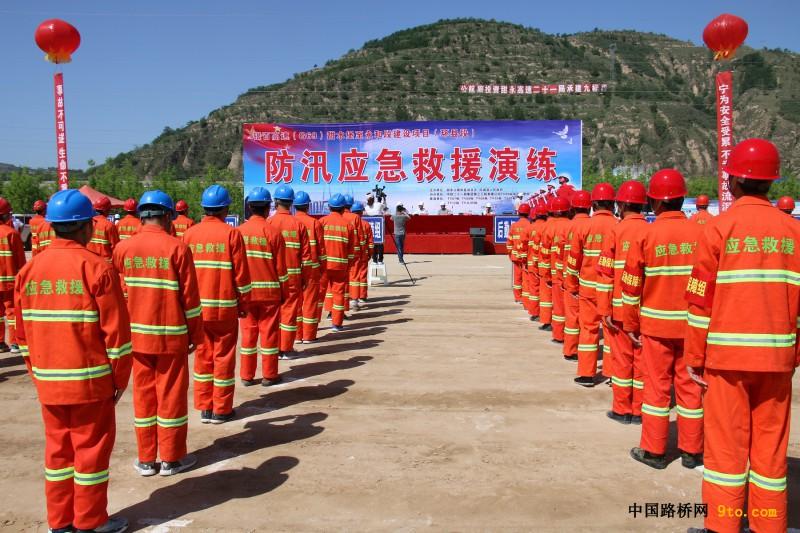 防汛救援促安全 众志成城显雄风