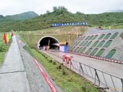 青海:曼大公路2标达坂山隧道左线顺利贯通