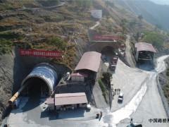 云南:格巧高速公路花山隧道顺利贯通