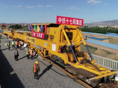 河北:大张高铁完成正线铺轨施工