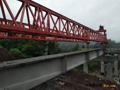 """重庆:渝黔高速扩能全线""""第一梁""""在团山堡大桥架设"""