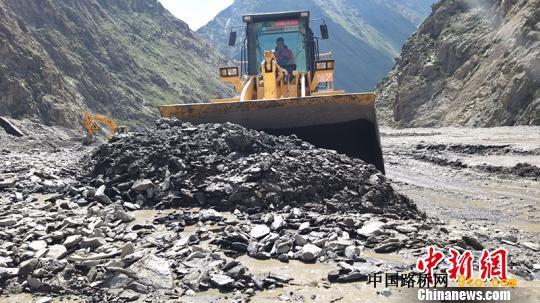 此次泥石流掩盖路面长度超过300米,平均厚度超过4.5米,堆积物体积超过6万立方米。新疆交通运输厅供图