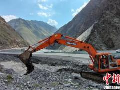 新疆:独库公路大型泥石流灾害路段恢复双向通行