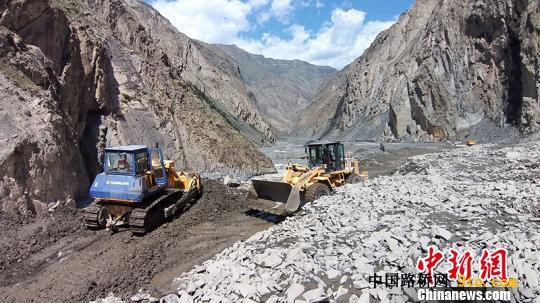 深度疏通河道。新疆交通运输厅供图