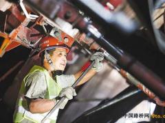重庆:近百人国庆奋战九峰山隧道