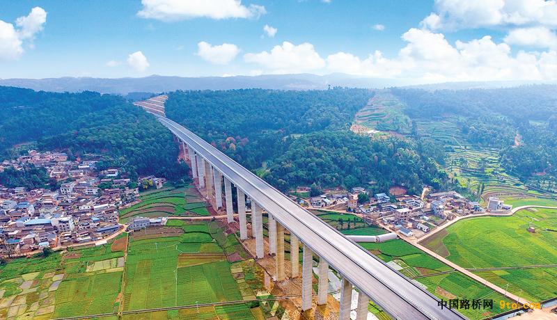 云南:石林至泸西高速公路(红河段)建成通车(试运行)