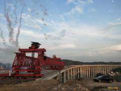 湖南:龙琅高速梓芳冲特大桥全幅贯通