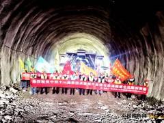 重庆:城开高速公路百战溪隧道双线贯通