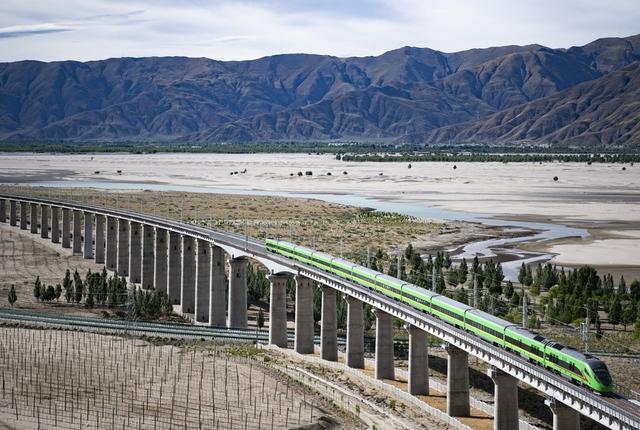 西藏首条电气化铁路拉萨至林芝铁路正式开通运营