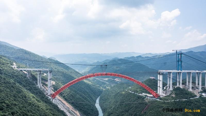贵州仁遵高速公路控制性工程大发渠大桥主拱合龙